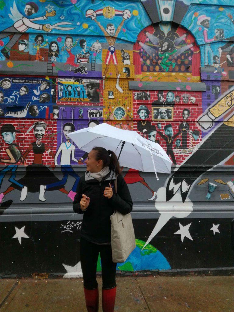 audrey avec un parapluie pour new york en francais