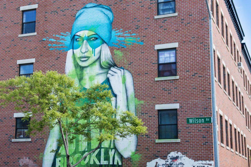 femme avec bonnet bleu en street art a brooklyn a buswhick