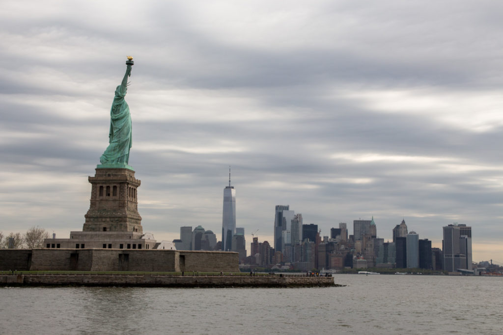 skyline de new york avec la statue de la liberté
