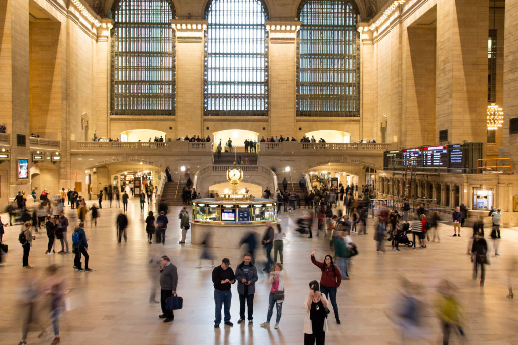 hommes et femmes dans hall central à grand central à new york