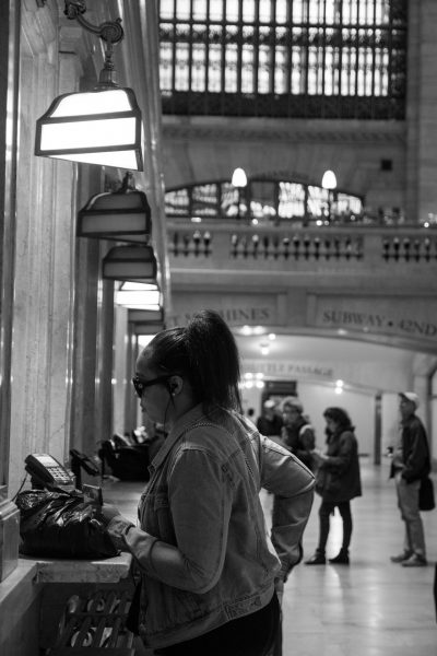 femme au guichet à grand central à new york prenant un billet